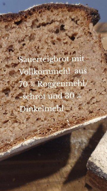 Sauerteigbrot mit Vollkornmehl aus 70 % Roggenmehl/ -schrot und 30 % Dinkelmehl